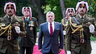 صورة للملك عبدالله موزعة من الديوان الملكي في الأردن وسط حرس الشرف خلال احتفال رسمي في 25 أيار/مايو 2020 في عمان