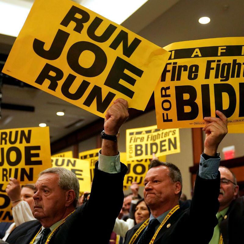 Los partidarios de Joe Biden sostienen pancartas mientras el ex vicepresidente se dirige a la Asociación Internacional de Bomberos en Washington, EE. UU., el 12 de marzo de 2019.