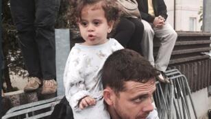 - طفلة سورية رافقت أهلها في رحلة اللجوء نحو أوروبا