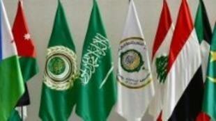 صورة التقطت في 12 نيسان/أبريل تظهر أعلام الدول العربية في القاعة التي عقد فيها وزراء خارجية الدول الأعضاء في الجامعة اجتماعا تحضيريا في الرياض.