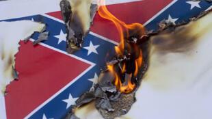 Le drapeau confédéré brûlé lors d'une manifestation contre le racisme à Los Angeles.