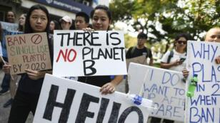 طلاب يتظاهرون في بانكوك ضد التلكؤ الحكومي في معالجة التغير المناخي 15 مارس/آذار 2019