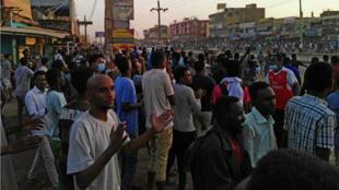 Une photo prise le 15 janvier 2019 montre des manifestants anti-gouvernementaux dans le quartier des affaires d'El-Kalakla, dans le sud de la capitale soudanaise, Khartoum.