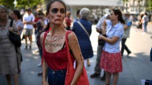 Une miliante présente à une manifestation contre les violences faites aux femmes, le 6juillet à Paris.