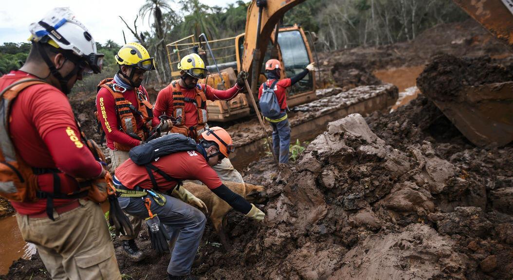 Equipos de emergencia en Brumadinho, estado de Minas Gerais, Brasil, el 3 de mayo 2019, buscan restos de los cadáveres de las al menos 240 personas que murieron, tras la rotura de una represa el 25 de enero de 2019.