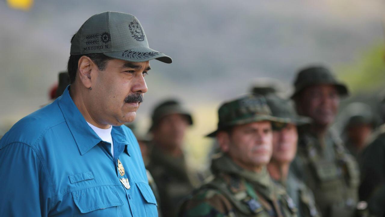 El presidente Nicolás Maduro se reúne con soldados mientras asiste a un ejercicio militar en Turiamo, Venezuela, el 3 de febrero de 2019.