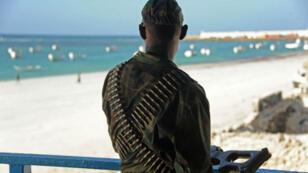 Un soldat somalien surveille la plage du Lido, à Mogadiscio, le 22 janvier 2016.