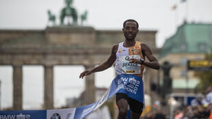Kenenisa Bekele cruza victorioso la meta de la maratón de Berlín el 29 de septiembre de 2019