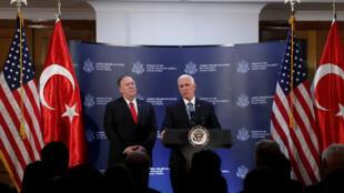 Le vice-président américain Mike Pence (droite) et le secrétaire d'État américain Mike Pompeo, le 17 octobre.