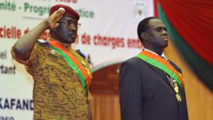 Le lieutenant-colonel Zida (à gauche) aux côtés du président de transition du Burkina Faso, Michel Kafando, le 21 novembre 2014.