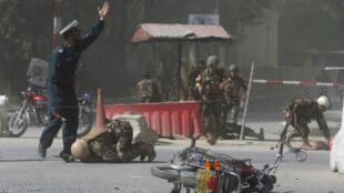 Las fuerzas de seguridad afganas son vistas en el sitio de una segunda explosión en Kabul, Afganistán, el 30 de abril de 2018.