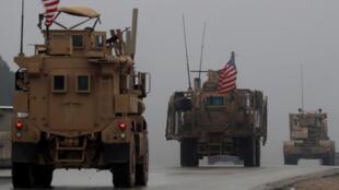 Una línea de vehículos militares de Estados Unidos se moviliza en la ciudad de Manbij, norte de Siria, el 30 de diciembre de 2018.