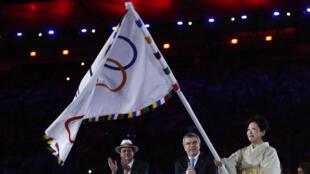 Le maire de Rio Eduardo Paes a transmis le drapeau olympique à son homologue japonaise, Yuriko Koike, en tenue traditionnelle.