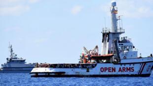 El barco de rescate de migrantes españoles Open Arms se ve cerca de la costa italiana en Lampedusa, Italia, 16 de agosto de 2019.