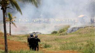 """Des policiers font face aux """"Gilets jaunes"""", Le Port, sur l'île de La Réunion, le 21 novembre 2018."""