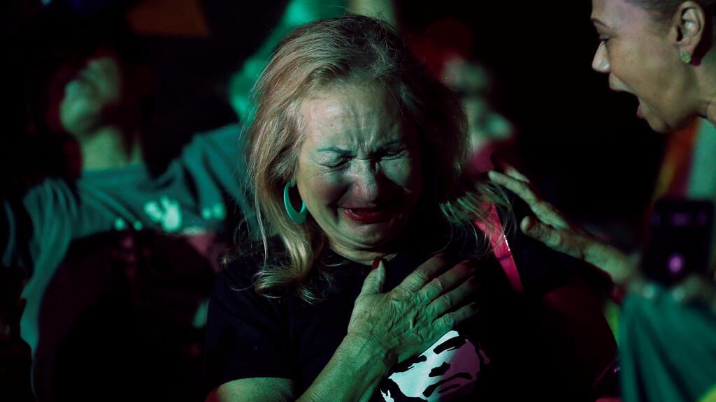 Una partidaria del candidato Jair Bolsonaro se emociona tras conocer lo resultados favorables para el representante de la ultraderecha.