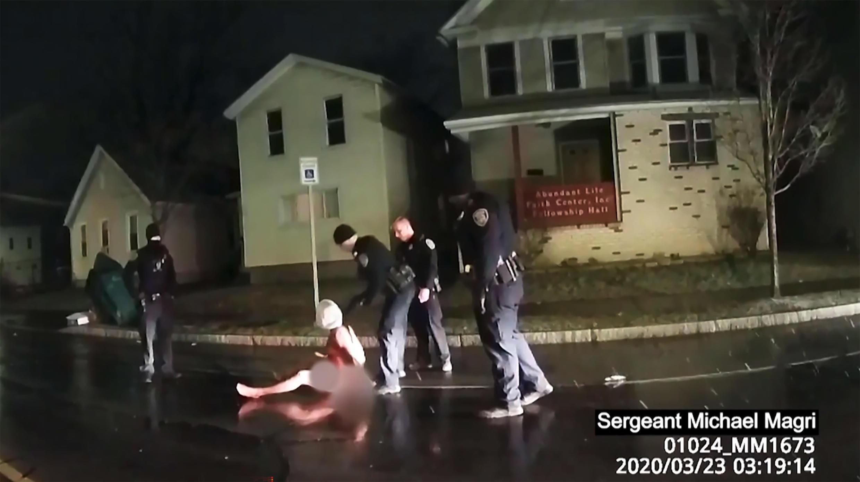 Une capture d'écran de la vidéo montrant l'arrestation musclée de Daniel Prude par la police de New York, à Rochester, le 23 mars 2020.