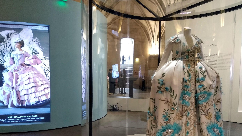 La polémica imagen de María Antonieta, la reina que acabó decapitada por la Revolución Francesa, se ha convertido con el tiempo en un icono cultural despolitizado, como recuerda una exposición en la Conciergerie de París, donde vivió encerrada sus últimos días.