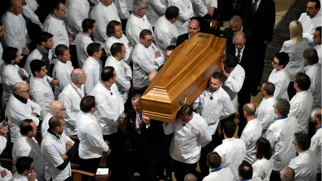 Chefs cargan el ataud de Paul Bocuse durante el funeral realizado en la Catedral de Saint-Jean, en la ciudad de Lyon. Enero 26 de 2018.