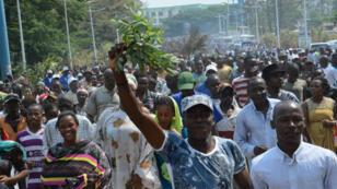 """Des Burundais ont manifesté devant le siège de l'ONU à Bujumbura après la publication d'un rapport mettant en garde contre de possibles """"crimes contre l'humanité"""", le 24 septembre 2016."""