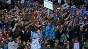 Des manifestants anti-Brexit devant le Parlement à Londres, le 28 juin 2016.