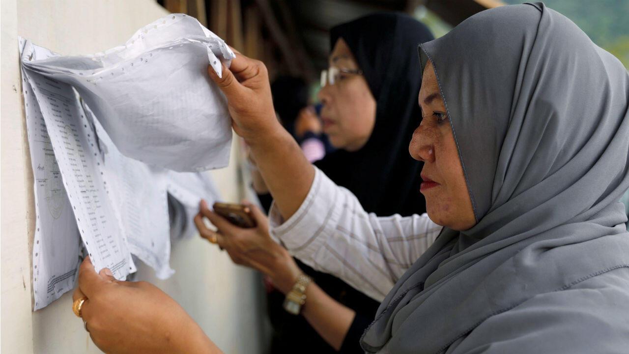 Una votante busca su nombre en una lista de una centro de votación en Marawi, Filipinas. 13 de mayo de 2019.