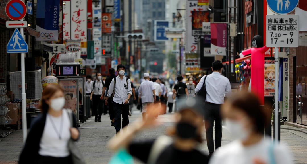 Los transeúntes con mascarillas caminan por la calle en medio de un brote del nuevo coronavirus en Tokio, Japón, el 16 de julio de 2020.