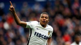 L'AS Monaco s'en remet au talent de Kylian Mbappé pour rester en tête de la Ligue 1, devant le PSG.
