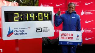 La keniana Brigid Kosgei celebra tras ganar la Maratón de Chicago y establecer un nuevo récord mundial, el 13 de octubre de 2019.