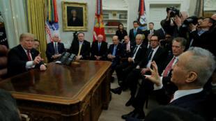 El presidente estadounidense Donald Trump y el vice primer ministro chino Liu He dialogan durante una reunión en el Despacho Oval de la Casa Blanca en Washington D. C, el 31 de enero de 2019.