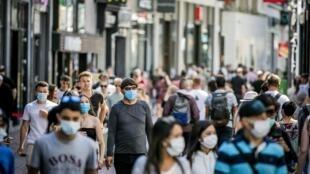 Piétons masqués à Amsterdam le 5 août 2020