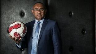 رئيس اتحاد مدغشقر لكرة القدم أحمد أحمد يتلقى التهنئة بعد فوزه في انتخابات رئاسة الاتحاد الأفريقي