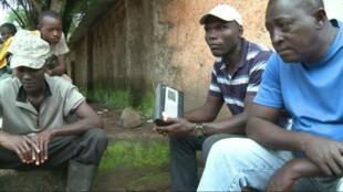 À Kenema, la radio est devenue le principal moyen d'information sur l'évolution de l'épidémie d'Ebola.