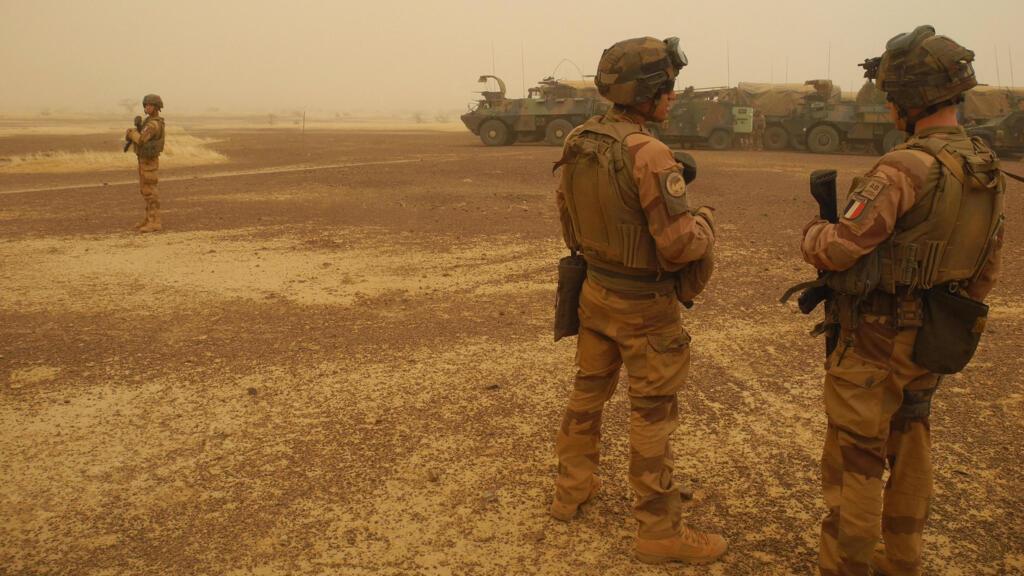 """Macron menace de retirer les soldats français si le Mali """"va dans le sens"""" de l'islamisme radical"""