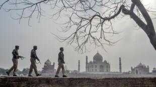 Une patrouille militaire près du Taj Mahal, le 22 février 2020