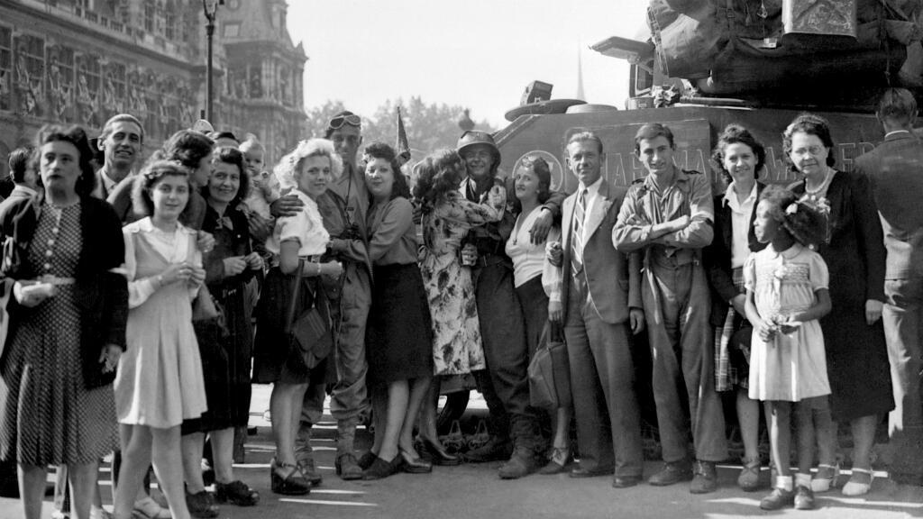 Des Parisiens célèbrent la Libération de Paris avec des soldats de la Division Leclerc
