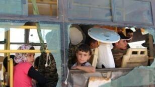 حافلة تنقل عائلات إلى إدلب