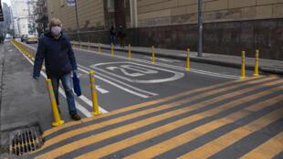 Un hombre camina por Santiago, capital de Chile, el 27 de julio, en el inicio del desconfinamiento en la ciudad
