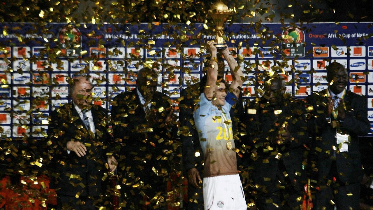قائد المنتخب المصري أحمد حسن يرفع كأس البطولة عند إحراز منتخب بلاده لقبه السابع عام 2010.