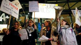 نساء فرنسيات تتظاهرن ضد مشاركة المخرج رومان بولانسكي المتهم بالاغتصاب في جوائز سيزار