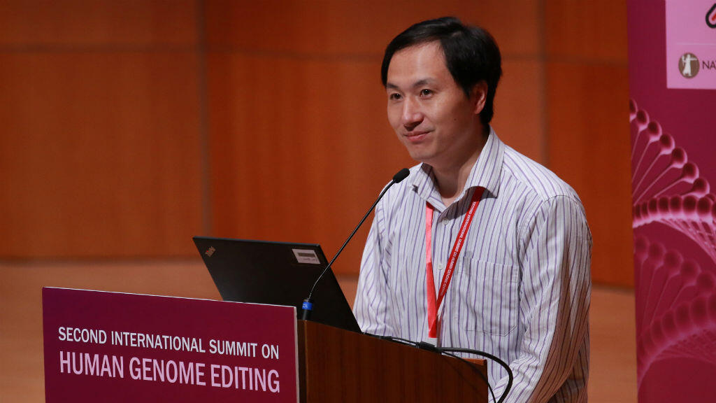 He Jiankui a défendu ses travaux devant le public du Sommet sur l'édition du génome humain.