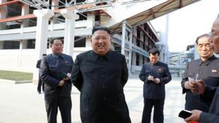 صورة التقطت بتاريخ 1 أيار/مايو 2020 ونشرتها وكالة الأنباء الكورية الشمالية الرسمية في الثاني من أيار/مايو تظهر زعيم كوريا الشمالية كيم جونغ أون أثناء زيارة معمل في مقاطعة جنوب بيونغان