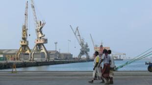 Des travailleurs longeant la mer Rouge, sur le port de Hodeida, au Yémen, le 1eravril2018.