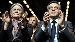 François Fillon et son épouse Penelope lors d'un meeting en novembre 2016, à Paris.