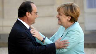 المستشارة الألمانية أنغيلا ميركل والرئيس الفرنسي فرانسوا هولاند
