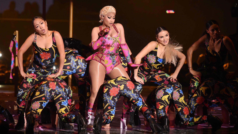 La cantante Nicki Minaj interpretando en los Premios MTV Europe Music Awards de 2018, el 4 de noviembre de 2018.