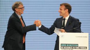 الرئيس الفرنسي إيمانويل ماكرون والملياردير الأمريكي بيل غيتس. ليون 10 أكتوبر/تشرين الأول 2019.