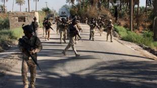 Des soldats irakiens en patrouille à 50 km de Bagdad, le 6 août