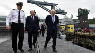 Le Premier ministre britannique, Boris Johnson, visite le HMS Victorious à la base navale de Faslane, en Écosse, le 29 juillet 2019.