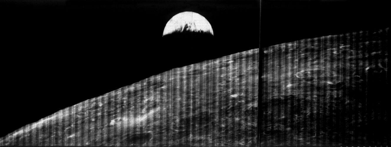 """أول صورة للأرض التقطت من على متن المسبار """"لونار أوربيتر 1"""" في أغسطس/آب 1966 (ناسا)"""